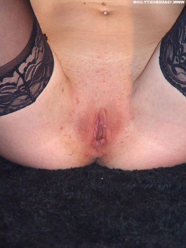 Девушка с грудью пятого размера раздевается в студии 55 фото