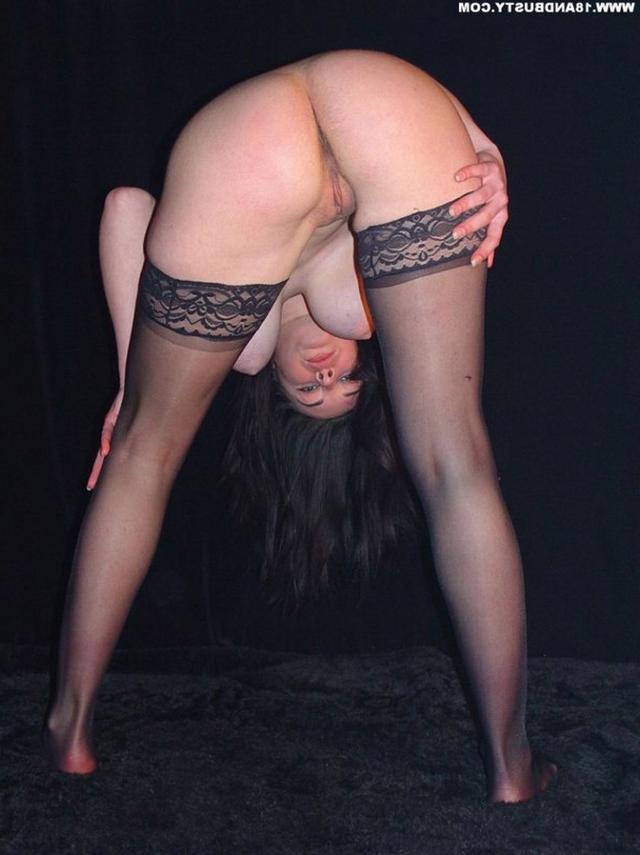 Девушка с грудью пятого размера раздевается в студии 53 фото