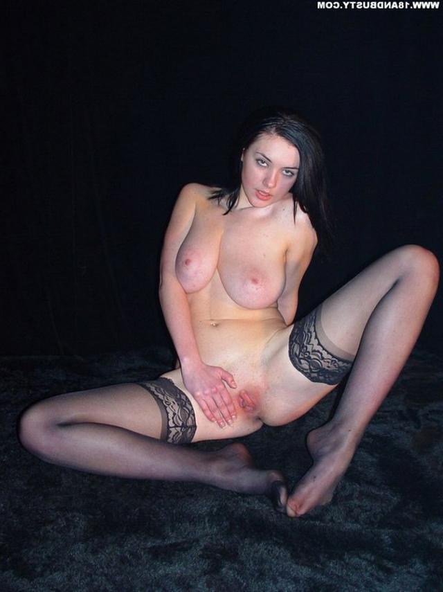 Девушка с грудью пятого размера раздевается в студии 57 фото