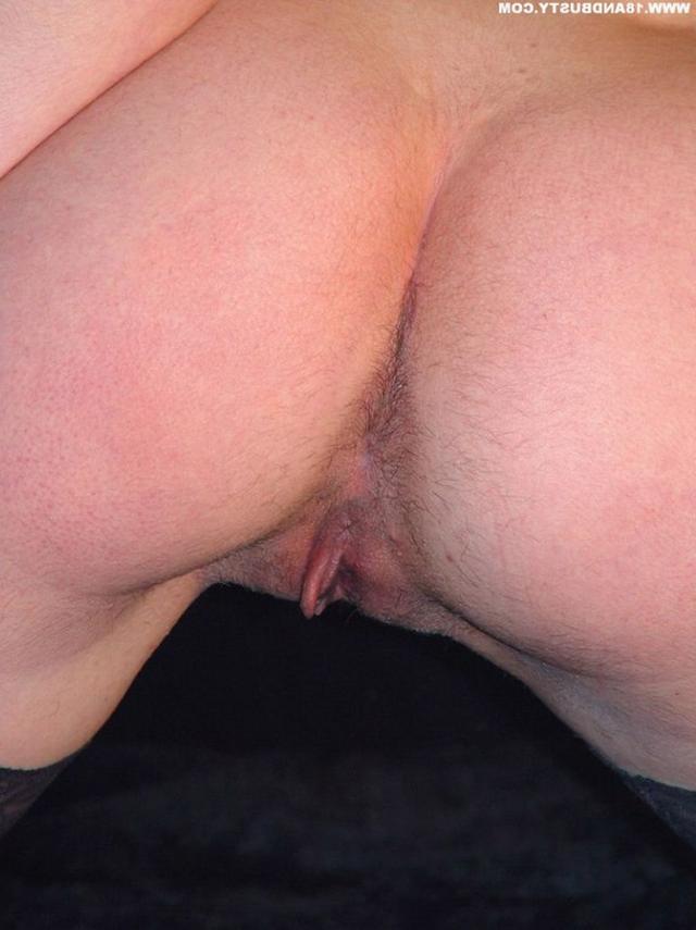 Девушка с грудью пятого размера раздевается в студии 50 фото