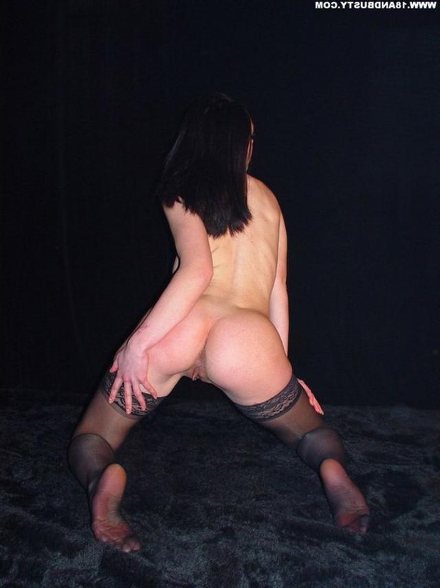 Девушка с грудью пятого размера раздевается в студии 49 фото