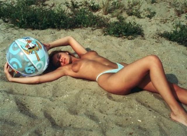 Кудрявая худышка светит киской дома и на пляжу 10 фото