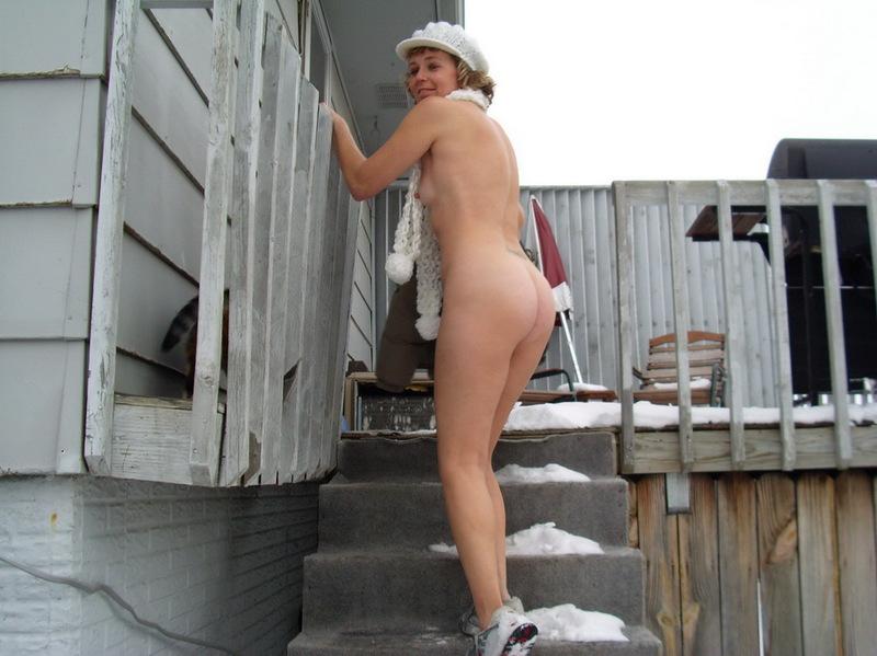 Баба прогуливается голышом и ничего не боится 14 фото