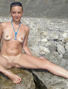 Голая баба впервые делает снимки голой на берегу моря