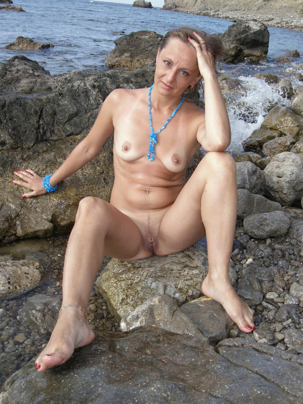 Голая баба впервые делает снимки голой на берегу моря 1 фото