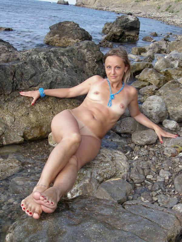 Голая баба впервые делает снимки голой на берегу моря 2 фото
