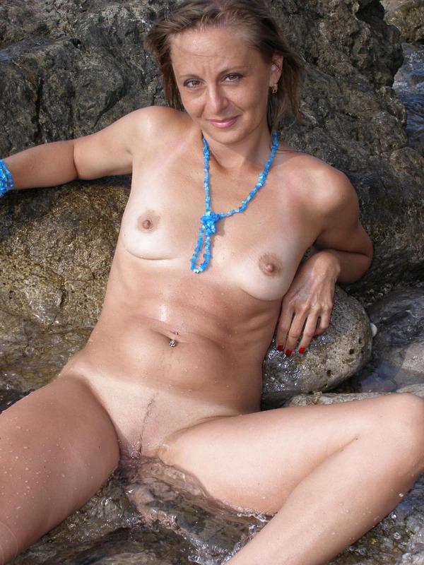 Голая баба впервые делает снимки голой на берегу моря 5 фото