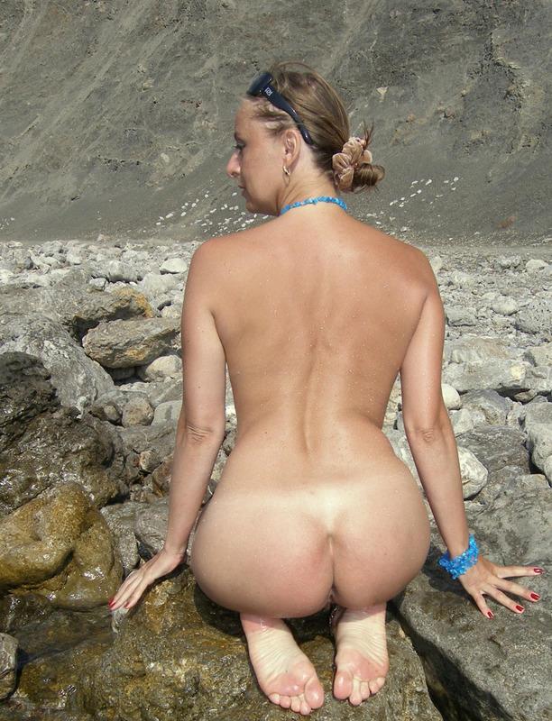 Голая баба впервые делает снимки голой на берегу моря 10 фото
