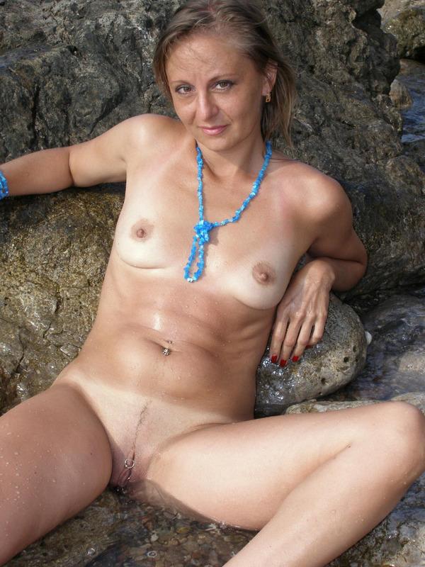 Голая баба впервые делает снимки голой на берегу моря 3 фото