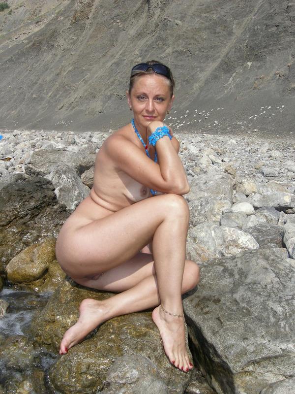 Голая баба впервые делает снимки голой на берегу моря 15 фото