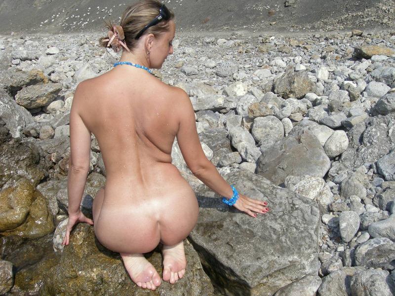 Голая баба впервые делает снимки голой на берегу моря 13 фото