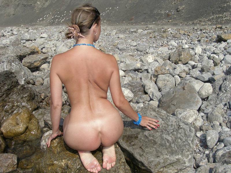 Голая баба впервые делает снимки голой на берегу моря 12 фото