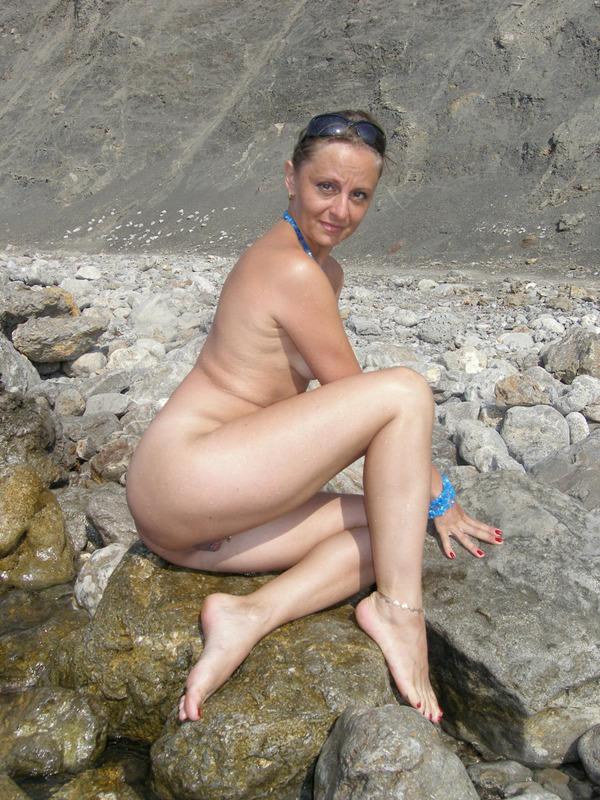 Голая баба впервые делает снимки голой на берегу моря 14 фото