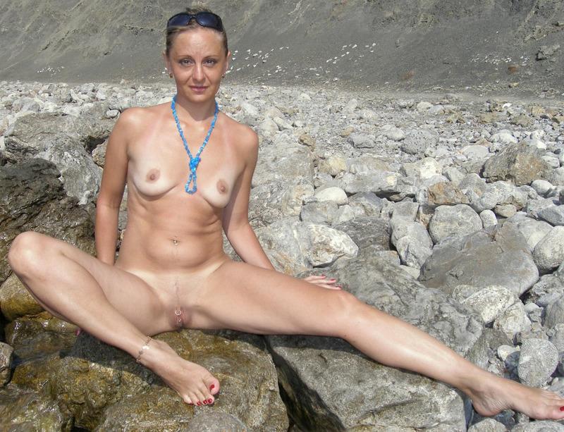 Голая баба впервые делает снимки голой на берегу моря 19 фото