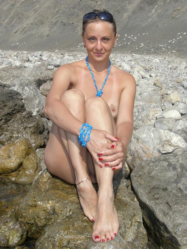 Голая баба впервые делает снимки голой на берегу моря 16 фото