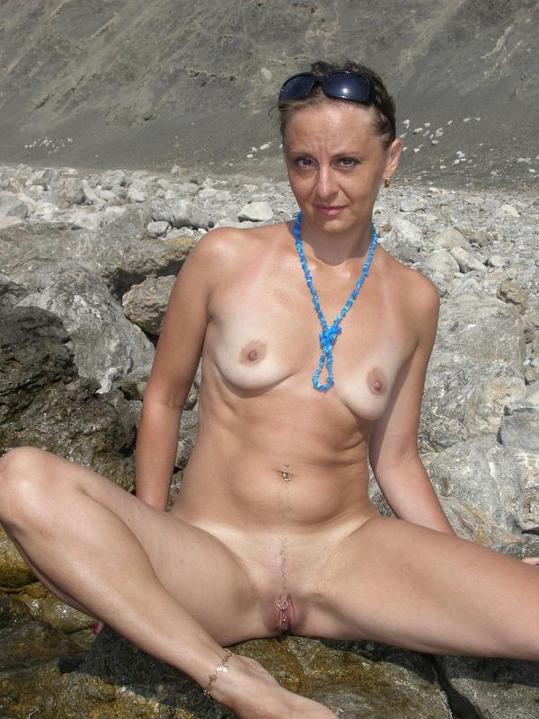 Голая баба впервые делает снимки голой на берегу моря 20 фото