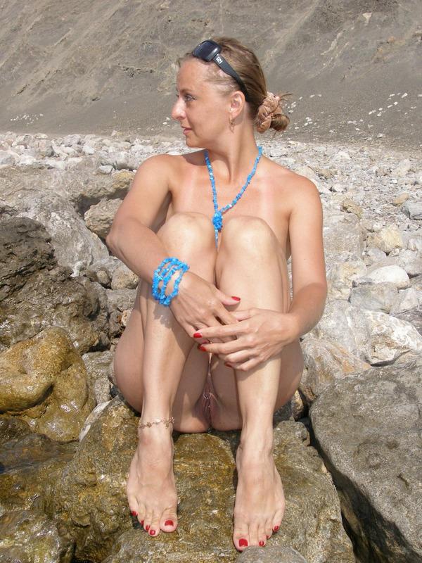 Голая баба впервые делает снимки голой на берегу моря 18 фото