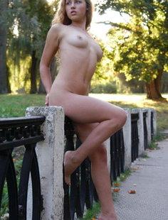Голая девушка прогуливается по историческим местам