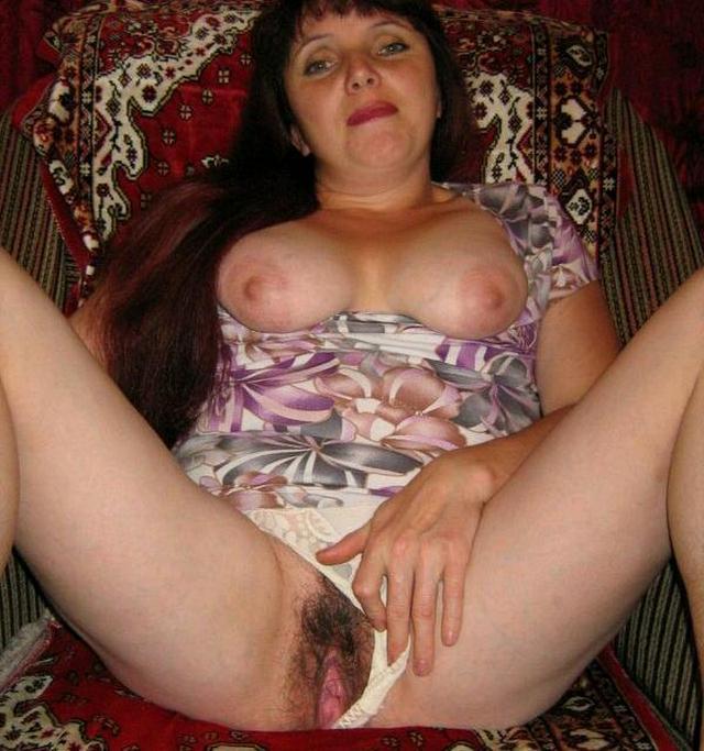 Мамочки с большими жопами светят волосатыми вагинами 13 фото