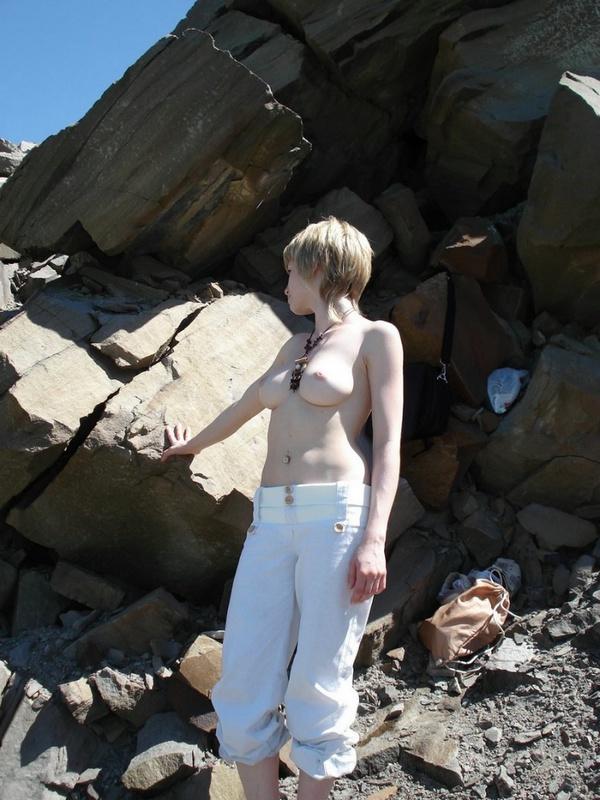Стройная женушка оголилась перед мужем в окрестностях Симферпополя 1 фото