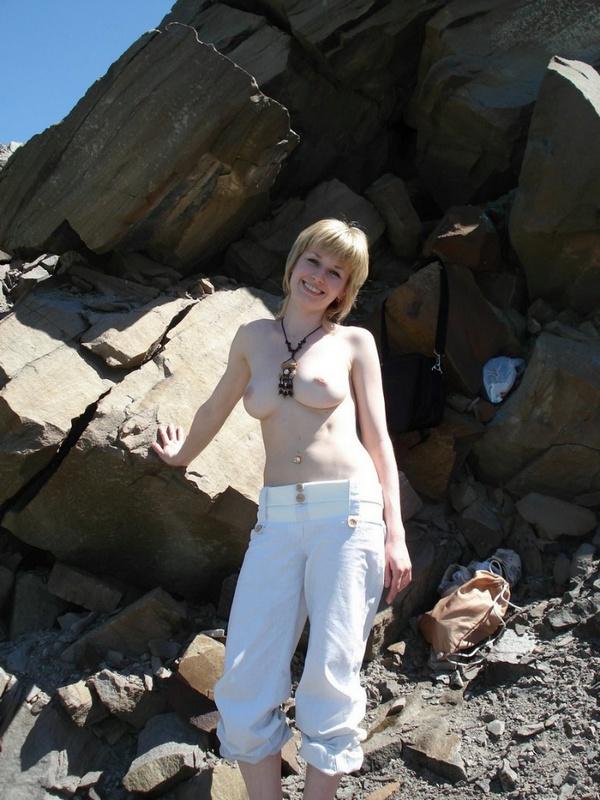 Стройная женушка оголилась перед мужем в окрестностях Симферпополя 2 фото
