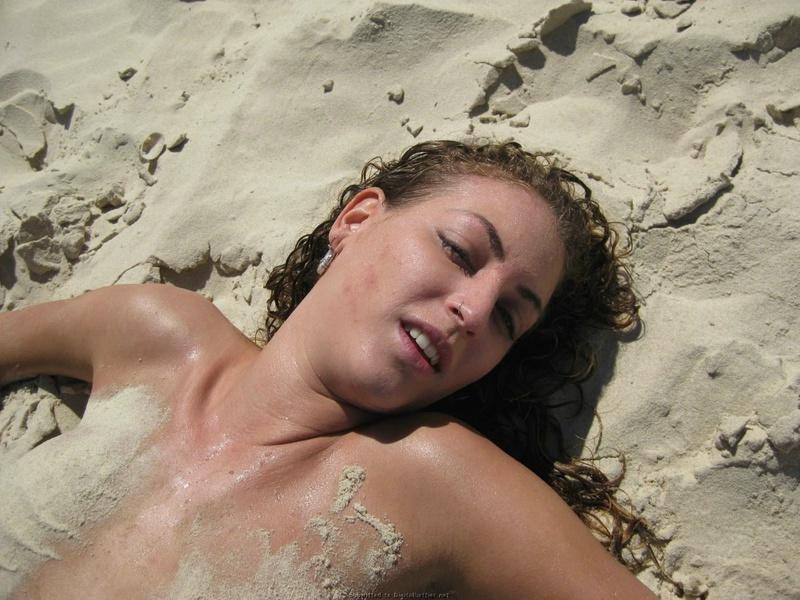 Смелая туристка сняла лифчик на общественном пляже 11 фото