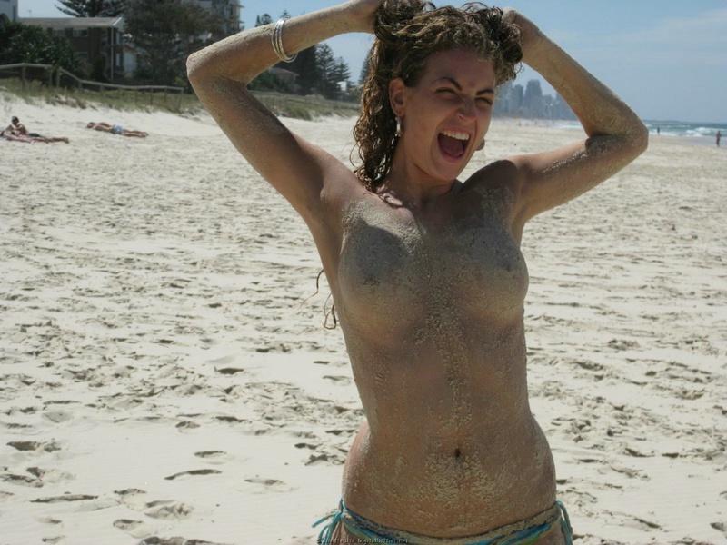Смелая туристка сняла лифчик на общественном пляже 12 фото