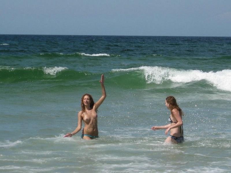 Смелая туристка сняла лифчик на общественном пляже 4 фото