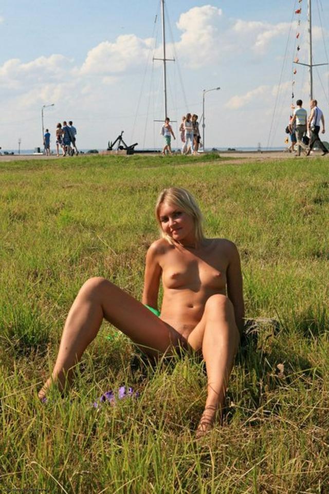 Бесстыдница ходит по Евпатории, оголяя сиси и писю 5 фото