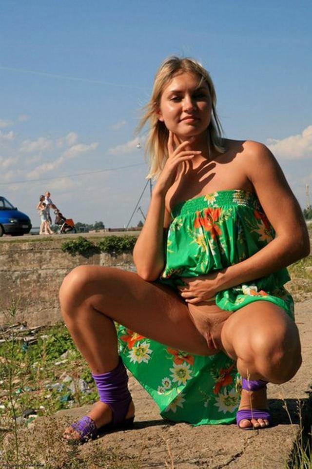 Бесстыдница ходит по Евпатории, оголяя сиси и писю 48 фото