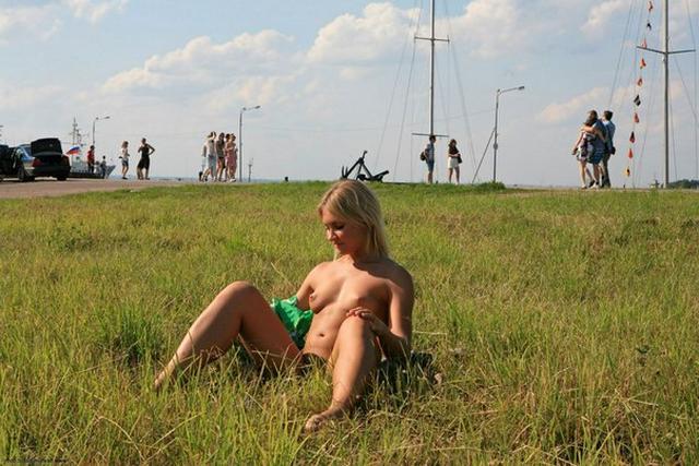 Бесстыдница ходит по Евпатории, оголяя сиси и писю 42 фото