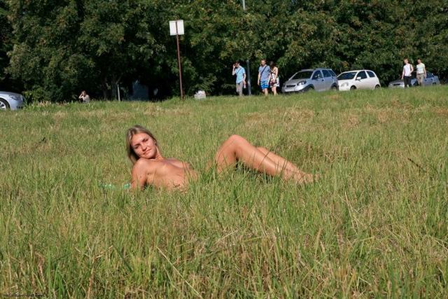 Бесстыдница ходит по Евпатории, оголяя сиси и писю 28 фото