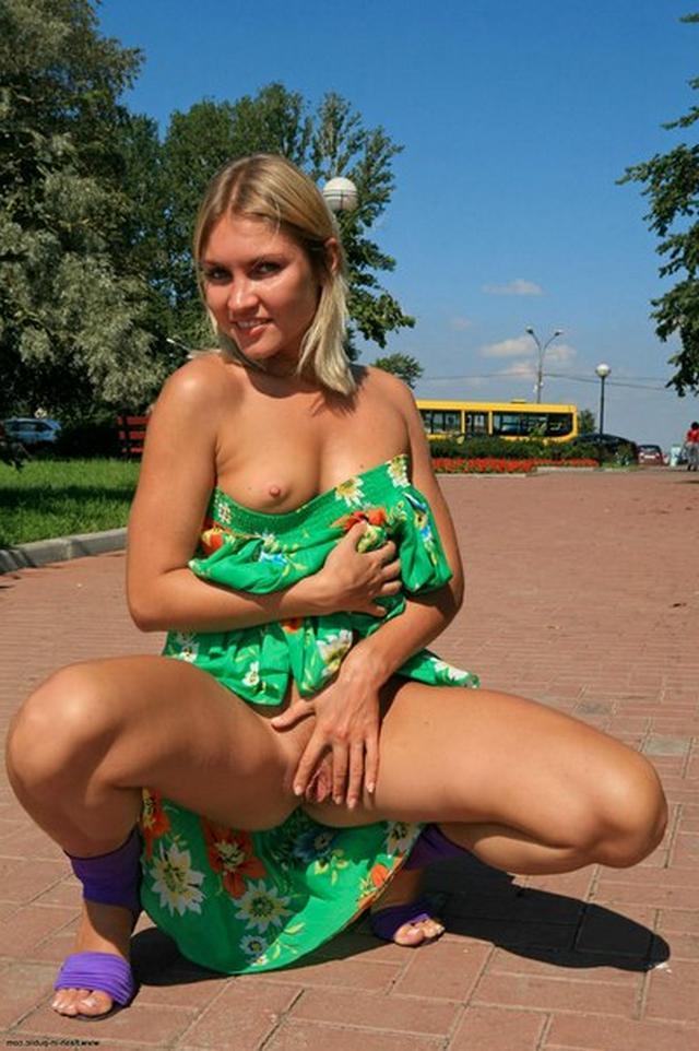 Бесстыдница ходит по Евпатории, оголяя сиси и писю 14 фото