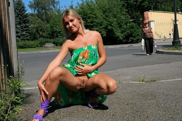 Бесстыдница ходит по Евпатории, оголяя сиси и писю 44 фото