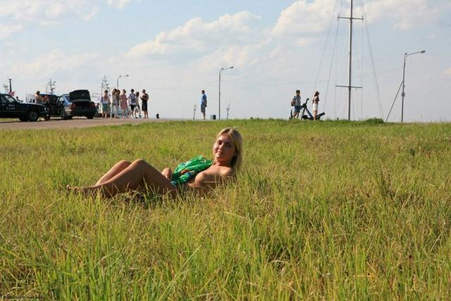 Бесстыдница ходит по Евпатории, оголяя сиси и писю 15 фото