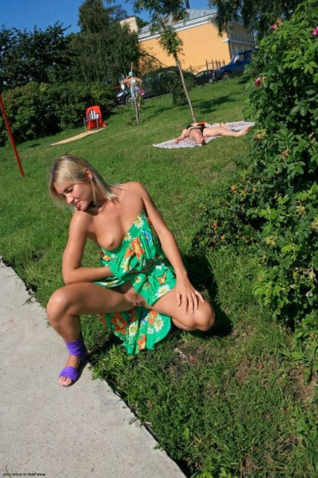 Бесстыдница ходит по Евпатории, оголяя сиси и писю 22 фото