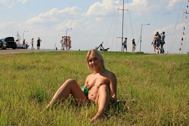 Бесстыдница ходит по Евпатории, оголяя сиси и писю 47 фото