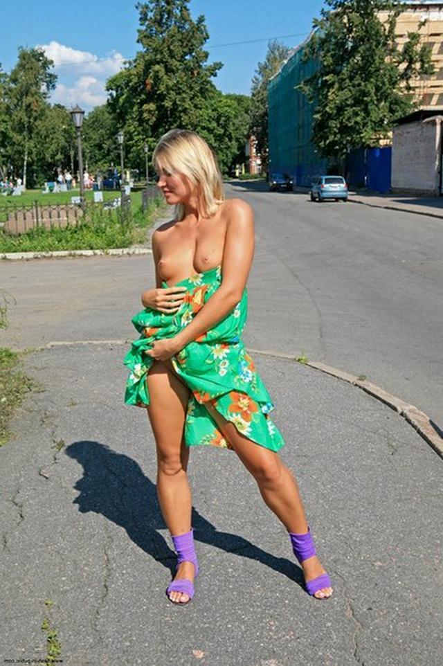 Бесстыдница ходит по Евпатории, оголяя сиси и писю 33 фото