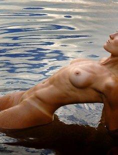 Спортивная милфа занимается йогой в пруду
