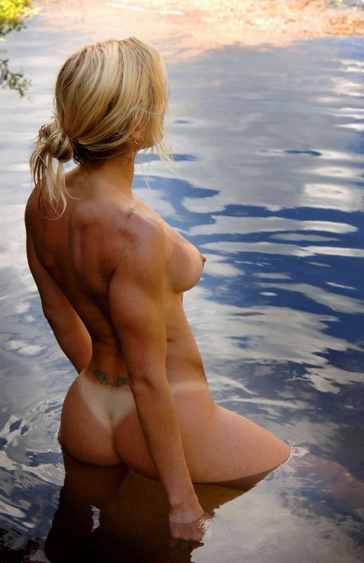 Спортивная милфа занимается йогой в пруду 6 фото