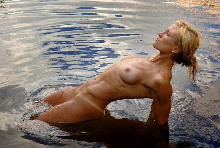 Спортивная милфа занимается йогой в пруду 5 фото