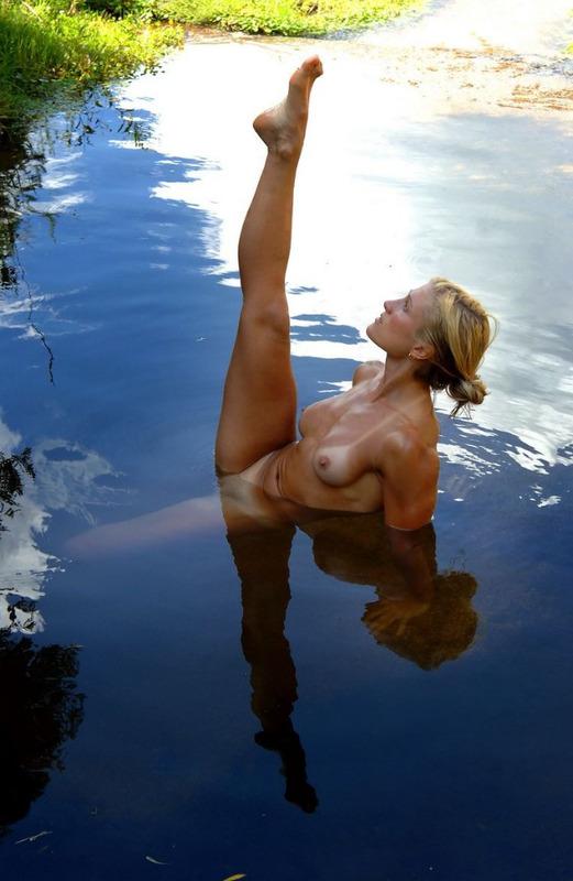 Спортивная милфа занимается йогой в пруду 1 фото