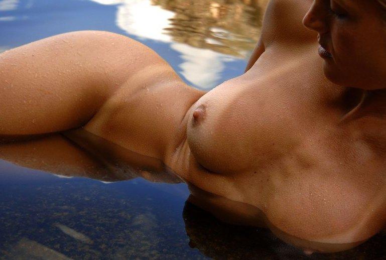 Спортивная милфа занимается йогой в пруду 13 фото