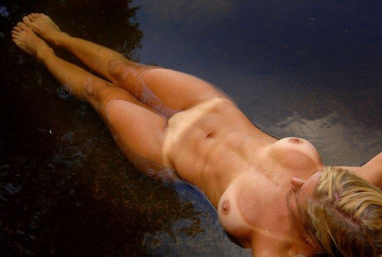 Спортивная милфа занимается йогой в пруду 10 фото