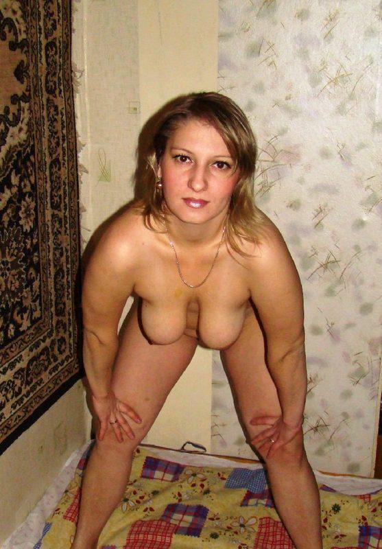 Милфа голышом прилегла на ложе и расставила ноги 7 фото