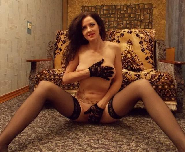 Зрелая брюнетка с обвисшими сиськами позирует перед любовником 10 фото