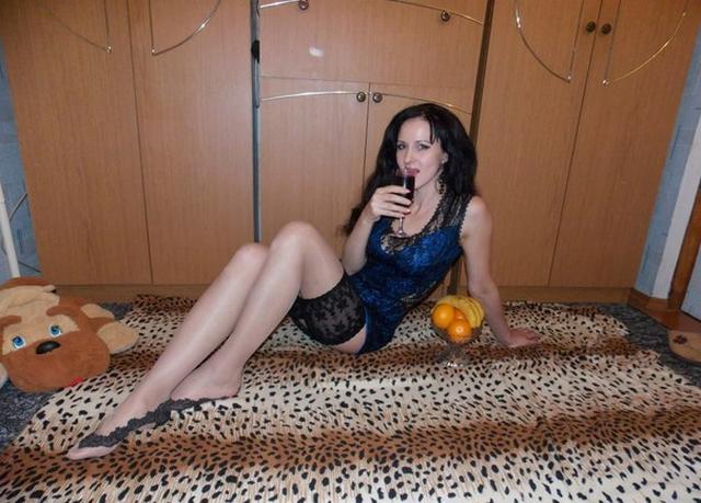 Зрелая брюнетка с обвисшими сиськами позирует перед любовником 18 фото