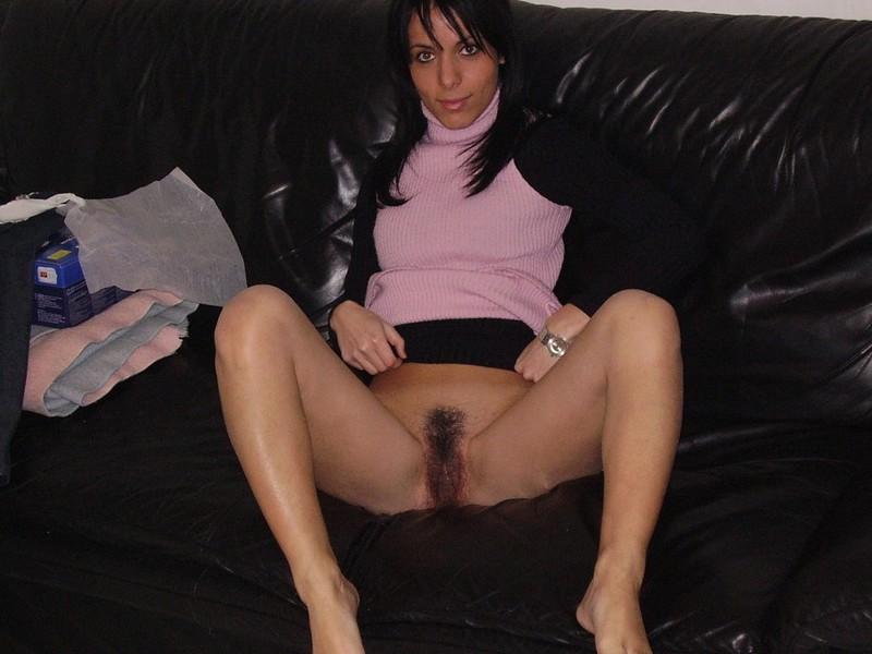 Стройная брюнетка выставила мокренькую мохнатку и потрогала ее пальцами 10 фото