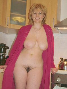 Зрелая блондинка манит к себе волосатой вагиной и большой грудью