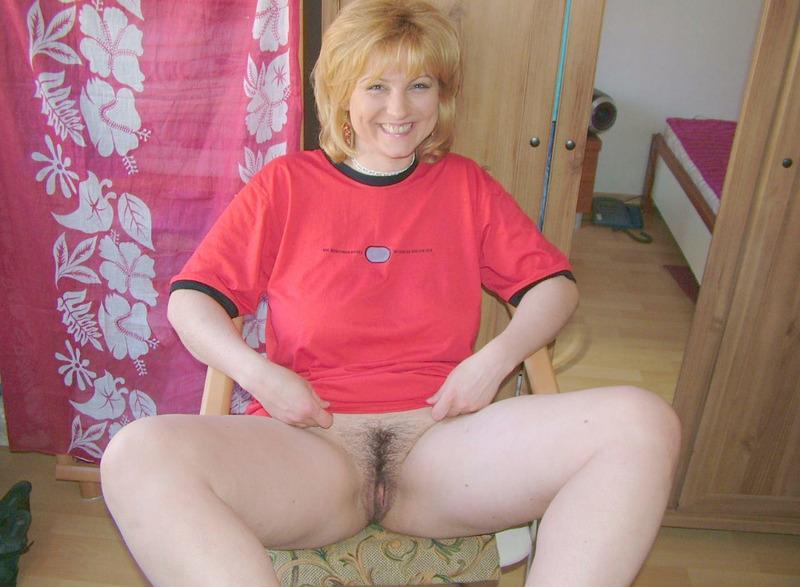 Зрелая блондинка манит к себе волосатой вагиной и большой грудью 13 фото